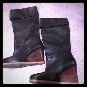 fdb13eab79e5 Ugg black leather wedge boots - size 7